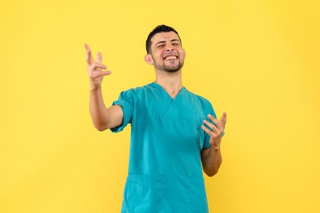 Zijaanzicht van een dokter is blij