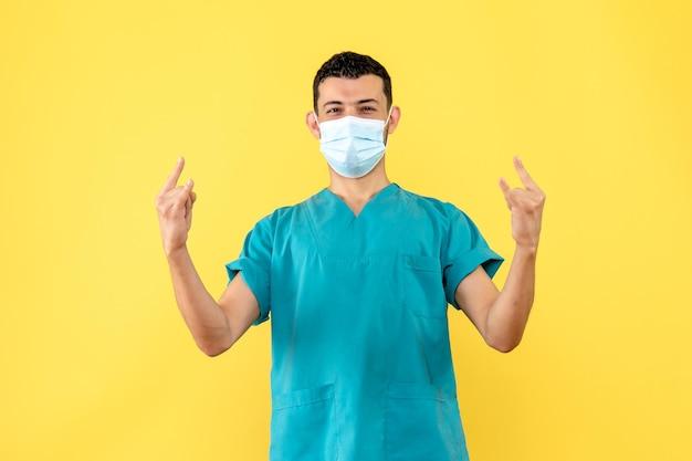 Zijaanzicht van een dokter met masker is blij