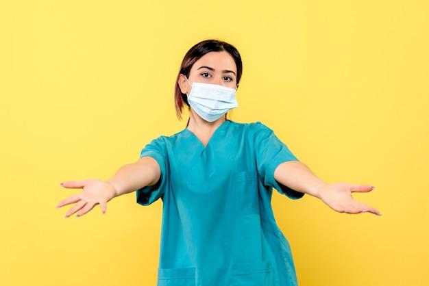 Zijaanzicht van een dokter met masker spreekt over symptomen van het coronavirus