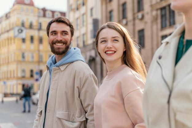 Zijaanzicht van een groep vrienden buiten in de stad met plezier