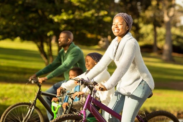 Zijaanzicht van een jong gezin een fietstocht doen