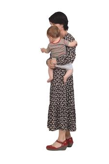 Zijaanzicht van een moeder die haar baby op een witte achtergrond draagt