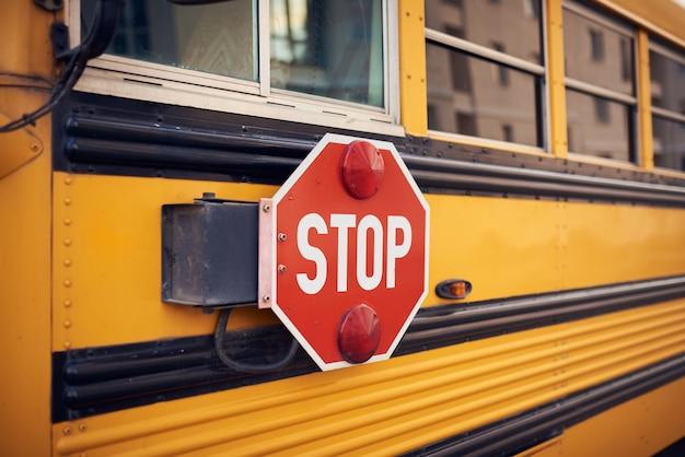 Zijaanzicht van een schoolbus en het stopsignaal