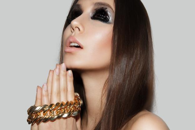 Zijaanzicht van een stijlvol meisje met make-up