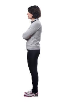 Zijaanzicht van een vrouw op een witte achtergrond, gekruiste armen