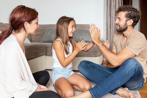 Zijaanzicht van familie samen spelen