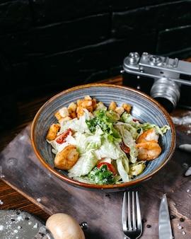 Zijaanzicht van garnalen caesar salade met kersentomaten in kom