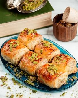 Zijaanzicht van gebakjebroodjes met pistache op schotel