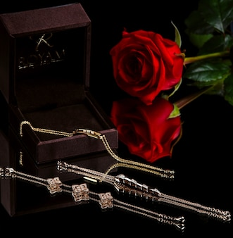 Zijaanzicht van gouden armbanden met diamanten op zwarte muur