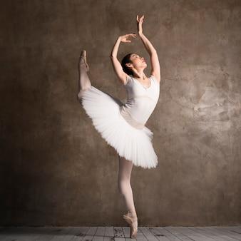 Zijaanzicht van gracieuze ballerina poseren