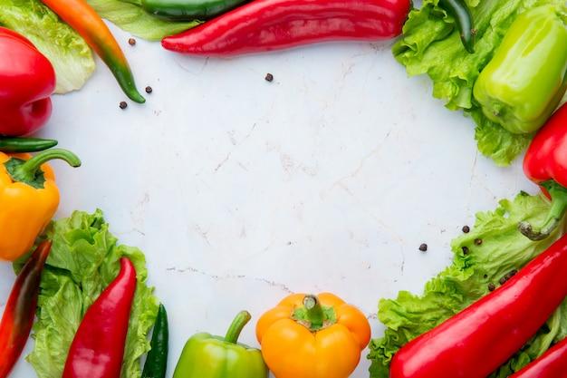 Zijaanzicht van groenten op witte achtergrond