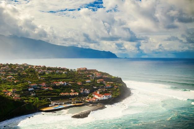 Zijaanzicht van het dorp ponta delgada