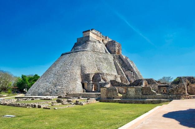 Zijaanzicht van het huis van de adivino. uxmal archeologische site, gelegen in yucatan. mooi toeristisch gebied.