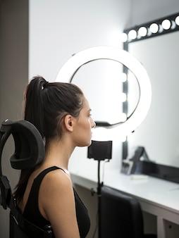 Zijaanzicht van het model in de studio