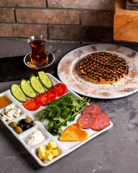 Zijaanzicht van het ontbijt met gemengde combinatie van voedsel