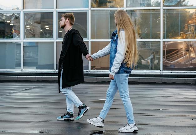 Zijaanzicht van het paar op een wandeling buiten