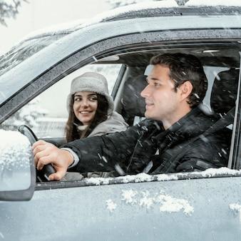 Zijaanzicht van het paar samen in de auto tijdens een roadtrip