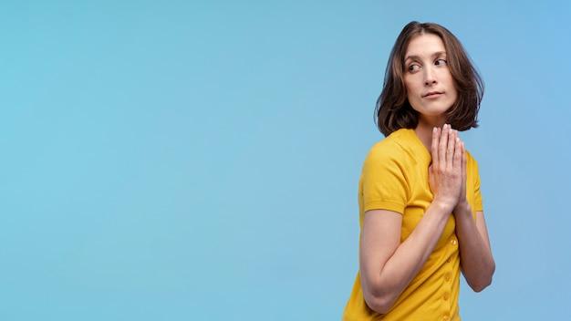 Zijaanzicht van het verleidelijke vrouw stellen in de studio met exemplaarruimte