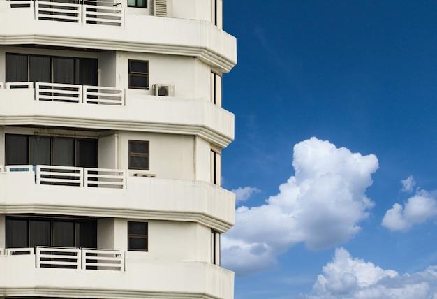 Zijaanzicht van hotelkamer tegen blauwe hemelachtergrond in een horizontaal frame.