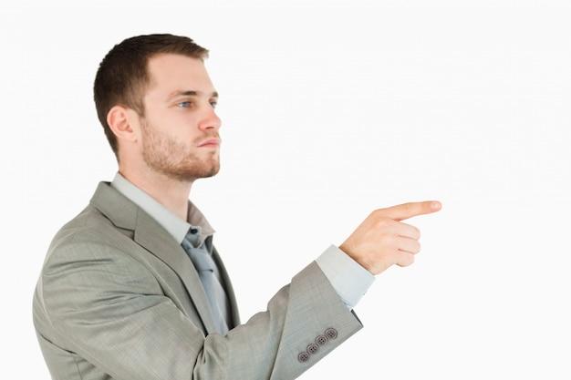 Zijaanzicht van jonge zakenman met behulp van futuristische touchscreen