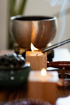 Zijaanzicht van kaarsen voor gebed dat wordt aangestoken
