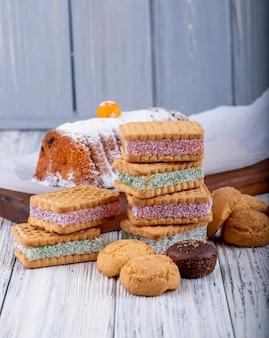 Zijaanzicht van koekjes met marmeladebes het vullen op plattelander