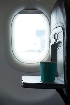Zijaanzicht van koffiekopje in vliegtuig