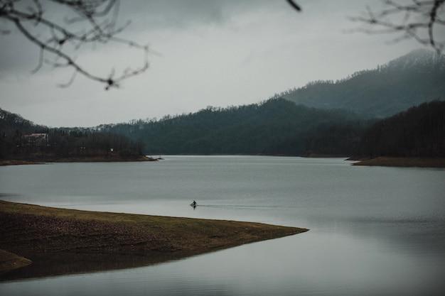 Zijaanzicht van landschap met bomenheuvels en mooie rivier