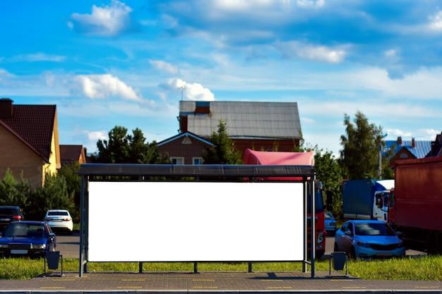 Zijaanzicht van leeg wit horizontaal reclamebord bij bushalte commercieel concept mock up