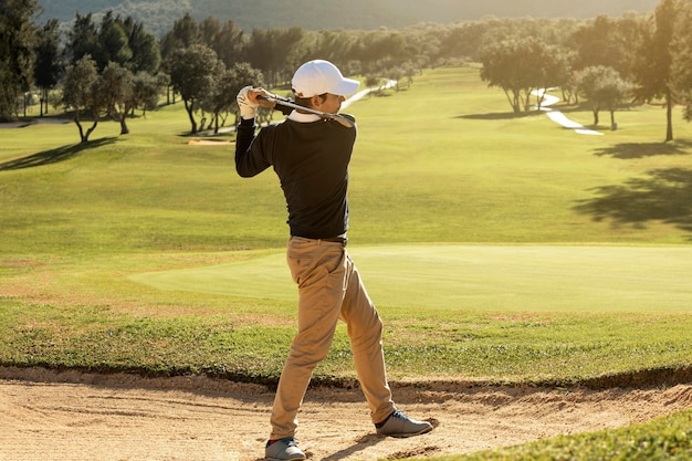 Zijaanzicht van man golfen met club