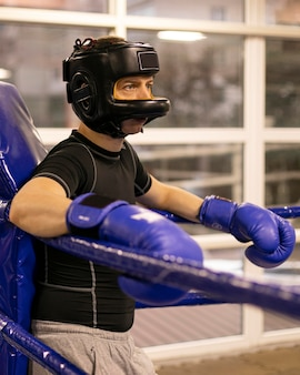 Zijaanzicht van mannelijke bokser met helm