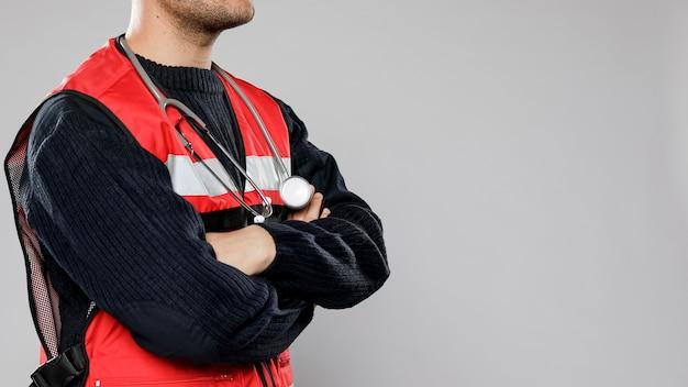 Zijaanzicht van mannelijke paramedicus met stethoscoop