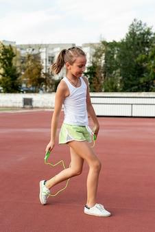 Zijaanzicht van meisje met jumprope
