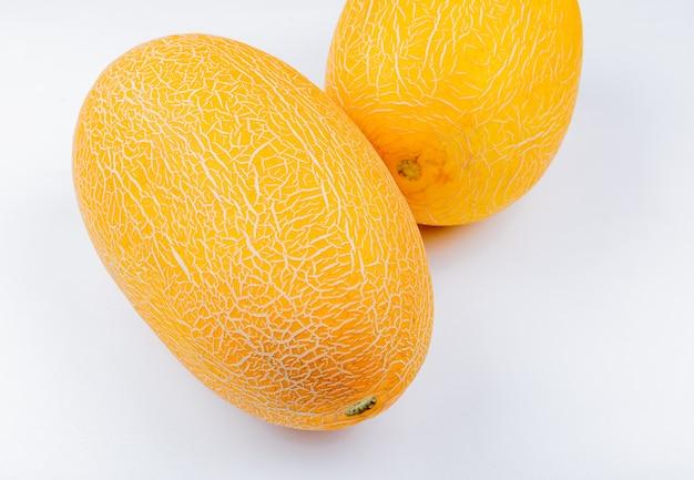 Zijaanzicht van meloenen op witte achtergrond