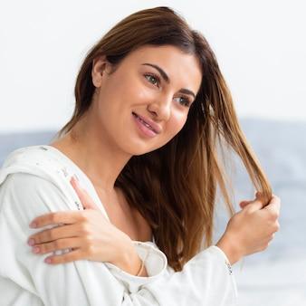 Zijaanzicht van mooie vrouw in badjas