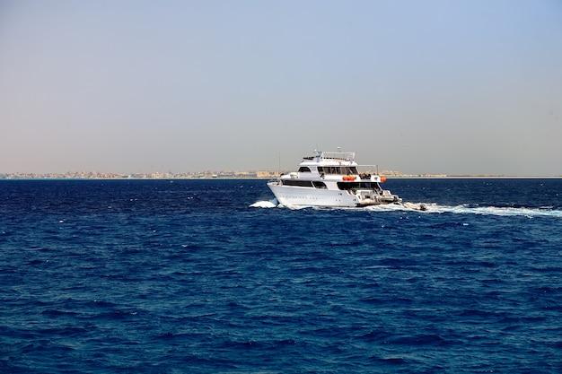 Zijaanzicht van motorjacht aan de gang op zee