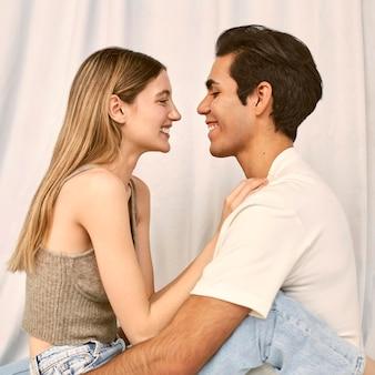 Zijaanzicht van omhelsde gelukkige paar