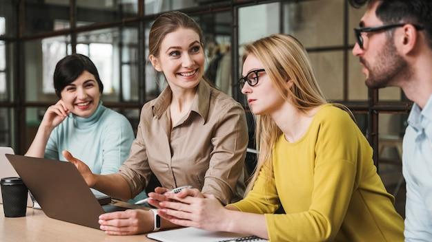 Zijaanzicht van ondernemers tijdens een vergadering binnenshuis