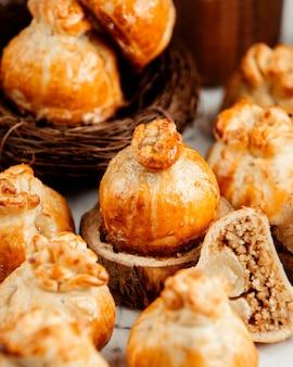 Zijaanzicht van oosterse gebak gebakken in de vorm van granaatappel op tafel