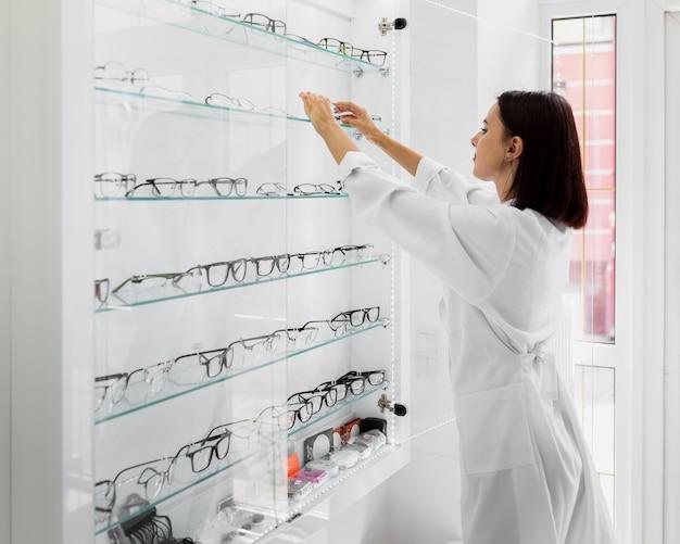 Zijaanzicht van opticien met glazenvertoning