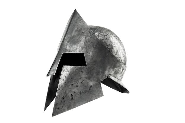 Zijaanzicht van oude metalen taaie spartaanse helm geïsoleerd