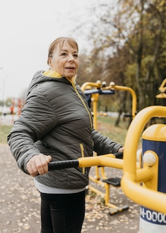 Zijaanzicht van oudere vrouw buitenshuis uit te werken