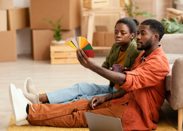Zijaanzicht van paar dat plannen maakt voor het renoveren van huis met kleurenpalet
