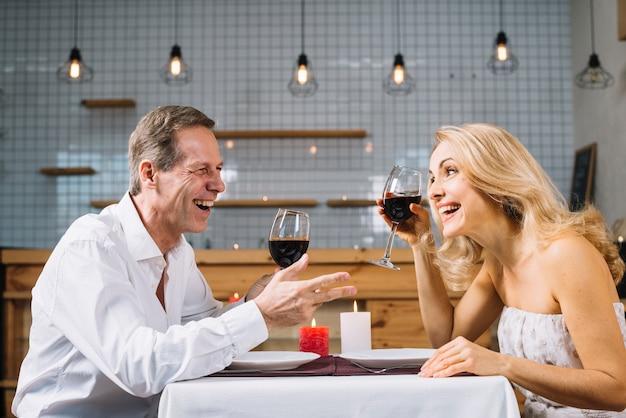 Zijaanzicht van paar tijdens het diner