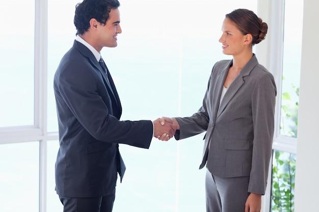 Zijaanzicht van partner het schudden handen