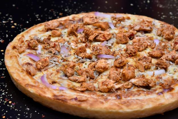 Zijaanzicht van pizza met krokante korst van uikip