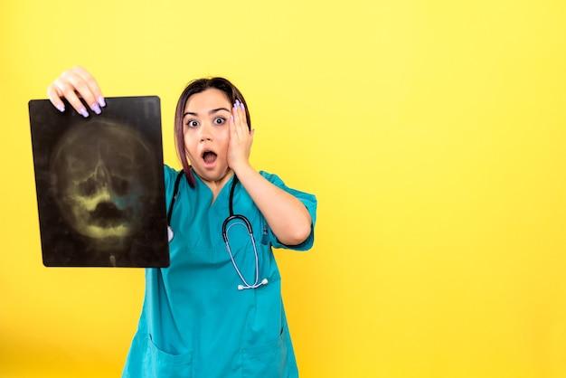Zijaanzicht van radioloog een radioloog met röntgenstralen in de hand