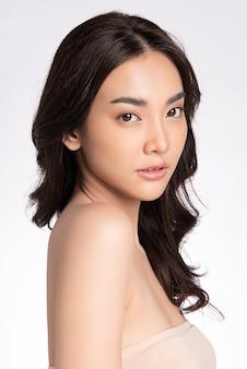 Zijaanzicht van schoonheid vrouw gezicht portret mooie jonge aziatische vrouw met schone frisse gezonde huid gezichtsbehandeling