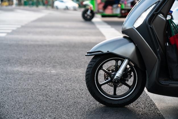 Zijaanzicht van scooter
