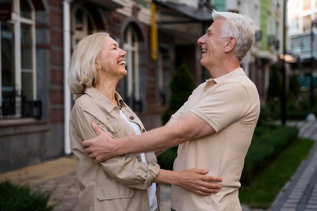 Zijaanzicht van senior paar buiten gaan voor een knuffel